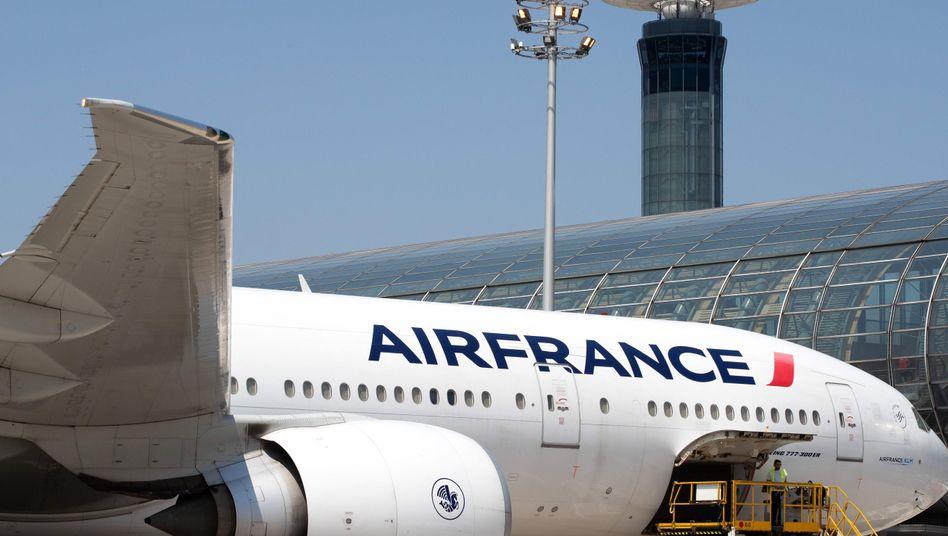Maschine von Air France in Paris: Die französische Fluglinie ist wie andere auch durch die Corona-Krise in massive Schwierigkeiten geraten.