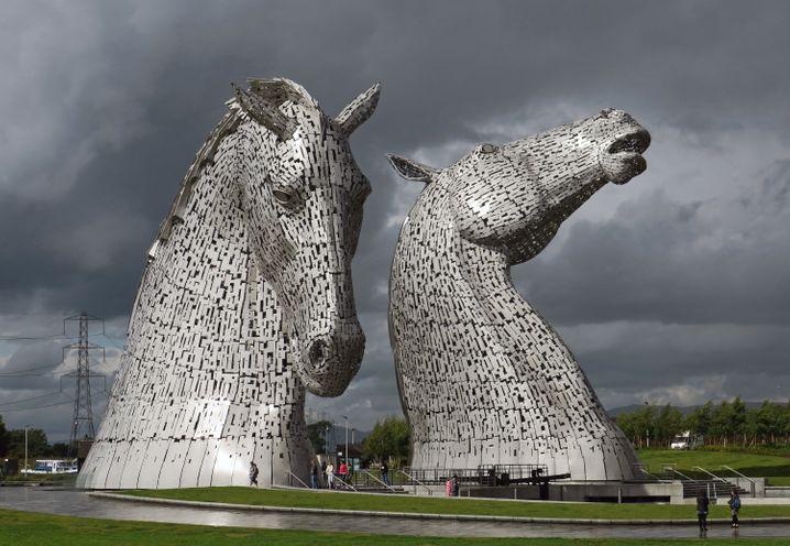 Nach einem Regenschauer glänzen sie besonders schön: Die 30 Meter hohen Kelpies bei Falkirk bestehen aus Stahl und sind zusammen 600 Tonnen schwer.