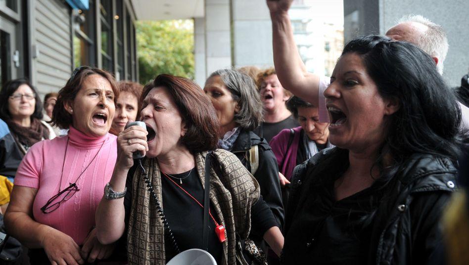 Schreiende Demonstranten: Proteste gegen den Sparzwang der Troika