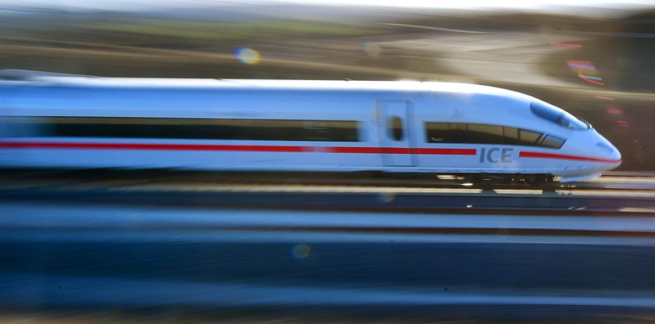 ICE der Deutschen Bahn auf einem Hochgeschindigkeitsabschnitt zwischen Berlin und München