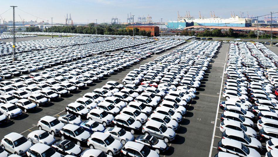 Porsche-Neuwagen auf dem Autoterminal von Bremerhaven: Deutschland vor Japan und Niederlanden mit dem höchsten Überschuss in der Handelsbilanz