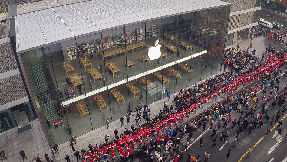 Im Januar eröffnete Apple im chinesischen Hangzhou einen neuen Apple-Store. Im vergangenen Quartal wuchs der Umsatz in China um 112 Prozent auf 13,2 Milliarden Dollar. Und das soll jetzt ein Grund zur Besorgnis sein?