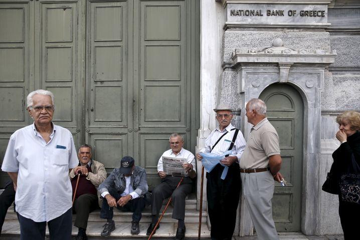 Viele Rentner in Griechenland haben keine EC-Karte. Sie bezogen bislang ihre Rente in bar am Bankschalter. Mit der Bankenschließung haben sie ernsthafte Probleme, ihre Rechnungen zu bezahlen. Die Regierung öffnet daher für sie vorübergehend die Bankschalter des Landes