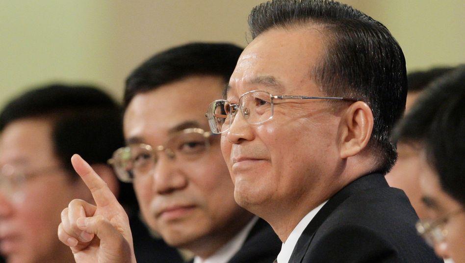 Ehrgeizige Ziele zum Abschied: Chinas Premier Wen Jiabao (rechts, mit seinem Nachfolger Li Keqiang) gab trotz Konjunkturschwäche ein Wachstumsziel von 7,5 Prozent aus