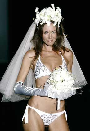Kleidervorschlag für die kirchliche Trauung: Model Vanessa Kelly fast ganz in Weiß