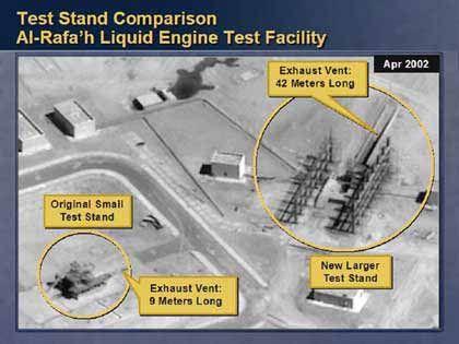 Das Bild soll die Existenz von Raketenteststationen in der Produktionsanlage Taji nördlich von Bagdad belegen. Die Größe der einzelen Testrampen ist präzise aufgelistet. Powell erläuterte, dass die Testanlage ein Beweis dafür sei, dass der Irak entgegen seiner Angaben auch Langstreckenraketen produzierte.