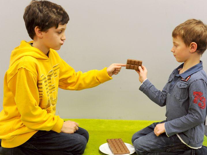 Fair teilen ist auch eine Altersfrage: Bei kleineren Kindern ist die Impulskontrolle noch nicht ausgeprägt - das ist ein neurologischer Fakt.