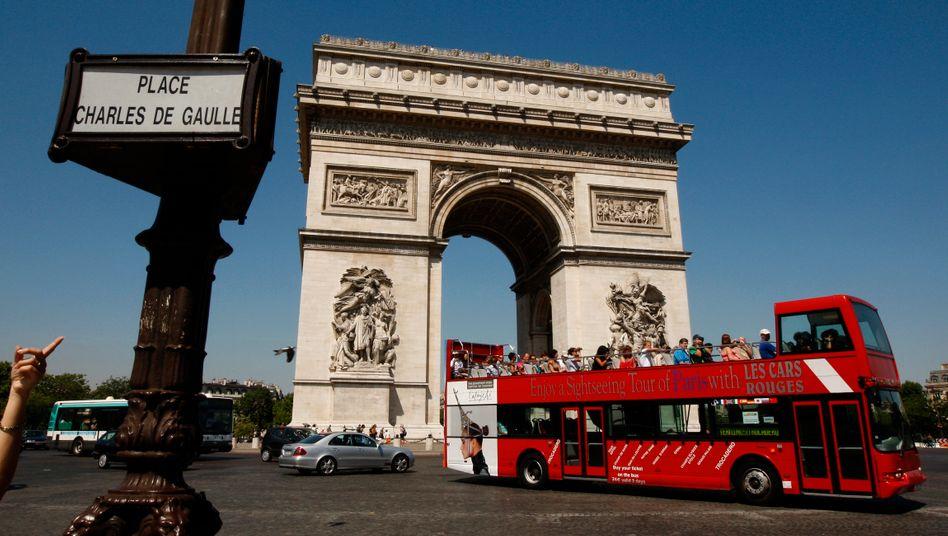 Besucher in Paris: Frankreich kämpft mit wirtschaftlichen Problemen