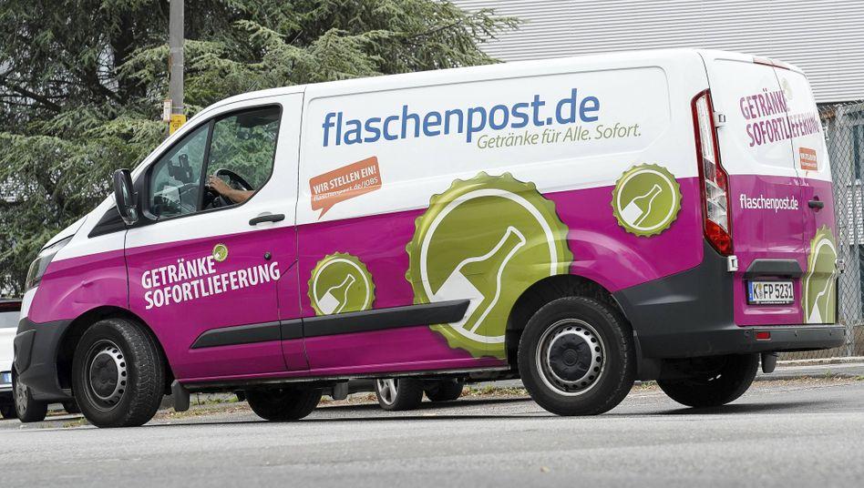Lieferfahrzeug von Flaschenpost: Oetker führt seine Getränkebringdienste künftig unter einer Marke