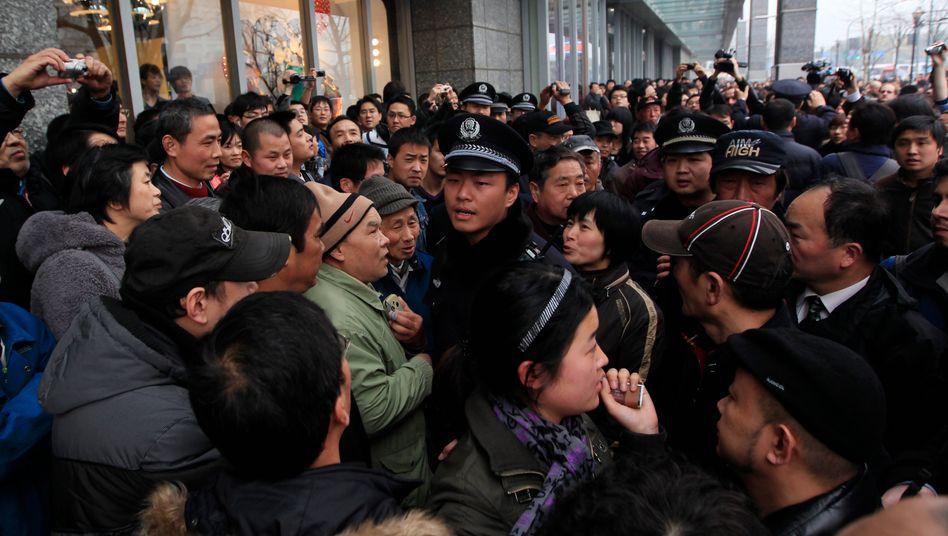 Proteste in Shanghai: Polizisten stellen sich gegen Demonstranten
