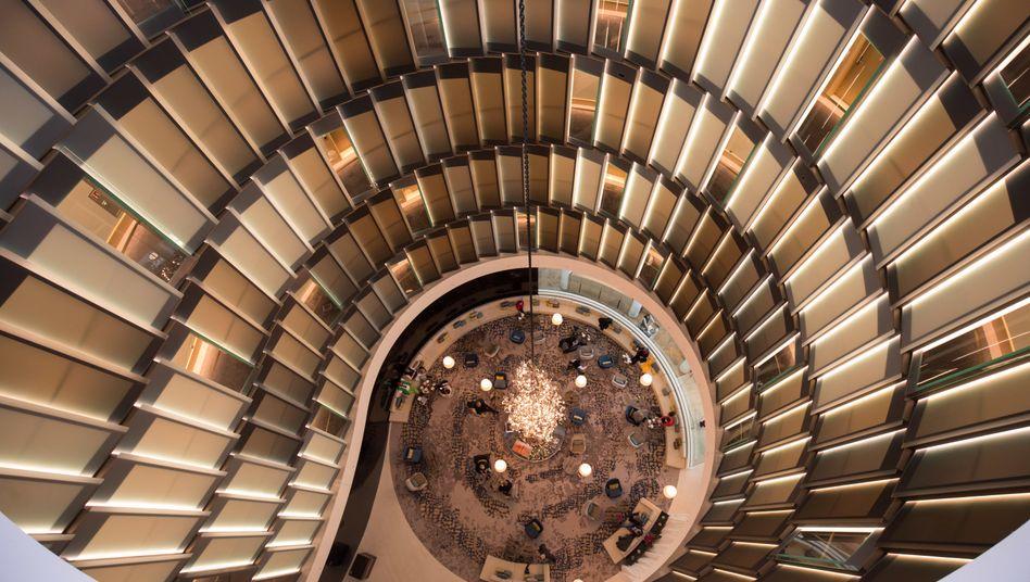 """Die Atrium Lounge des Hotels """"The Fontenay"""" in Hamburg"""