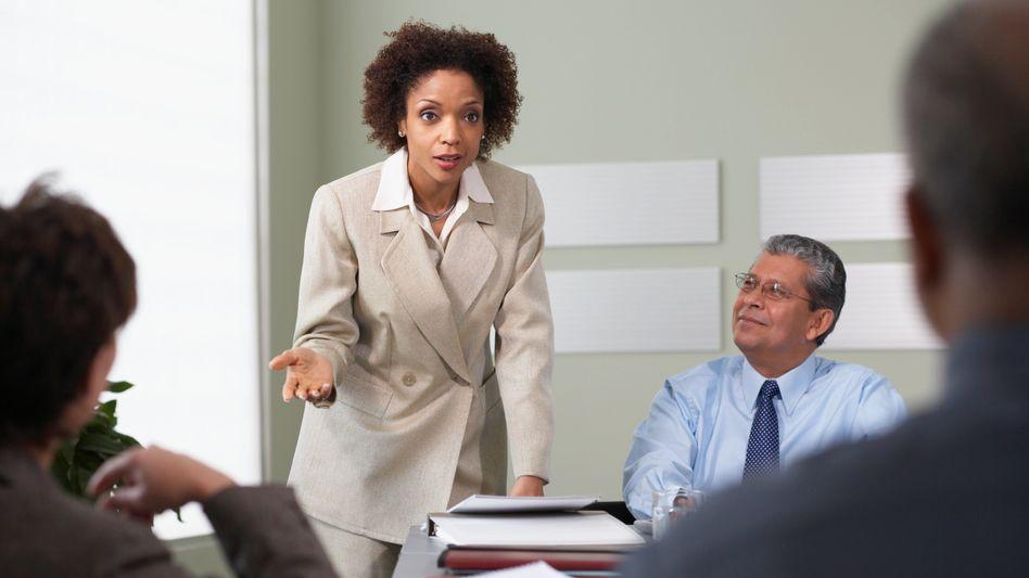 Erfolg durch Delegieren: Wer dem mittleren Management Entscheidungskompetenzen gibt und Mitarbeiter weiterentwickelt, hat größere Chancen, Alltagsgeschäft und Innovationsdruck zu meistern