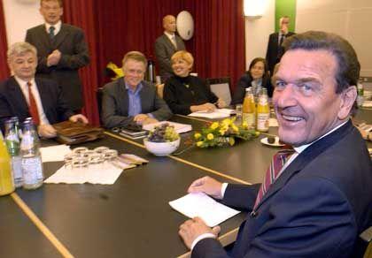 """""""Zielführende"""" Gespräche: Kanzler Schröder (rechts) mit Grünen-Politikern Joschka Fischer, Fritz Kuhn, Claudia Roth und Kerstin Müller."""