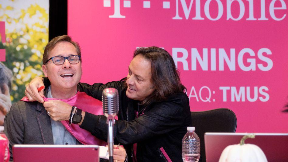T Mobile Earnings: Topverdiener John Legere (rechts), der T-Mobile im April 2020 verließ, erhält für 2020 rund 137 Millionen Dollar. Sein Nachfolger Mike Sievert (links) muss mit 55 Millionen Dollar auch nicht darben