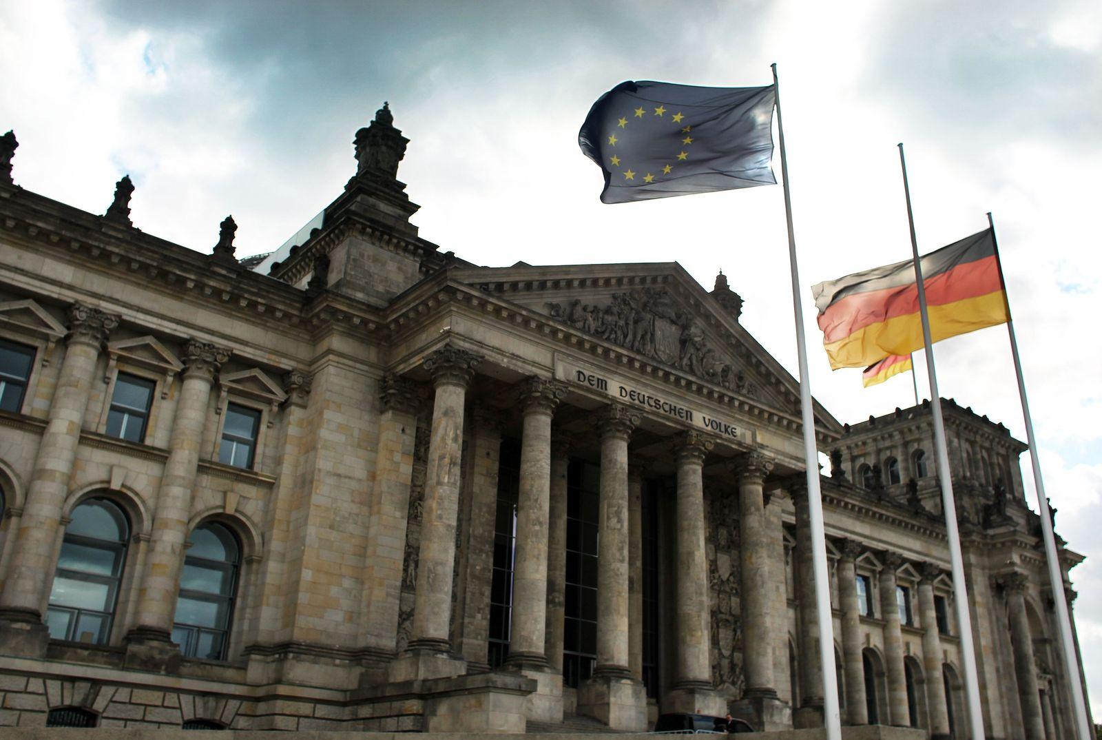 Reichstag / Europa- und Deutschlandfahne