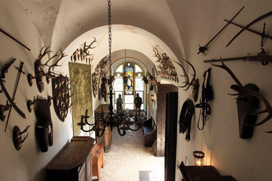 In der Burg Rheinstein sorgt unter anderem die Knappenhalle dafür, dass sich Besucher ein bisschen wie im Mittelalter fühlen können