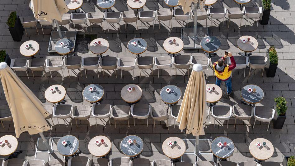 Menschenleer trotz Sonnenschein: Ein Münchener Kaffeehaus in der Innenstadt wartet heute auf Gäste.