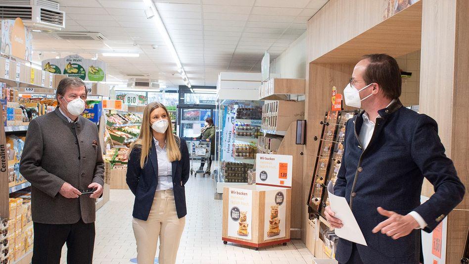 Einkaufshilfe: Konzernboss Klaus Gehrig (l.) beim Filialbesuch mit Chefberaterin Annabel Ehm (M.) und Matthias Oppitz, Geschäftsleitungsvorsitzender von Lidl Deutschland