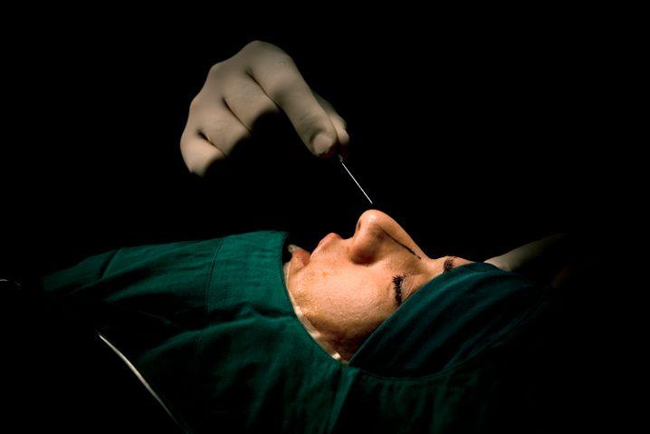 Nose Job: Der Chirurg Nabiollah Shariati bei der Arbeit in Teheran