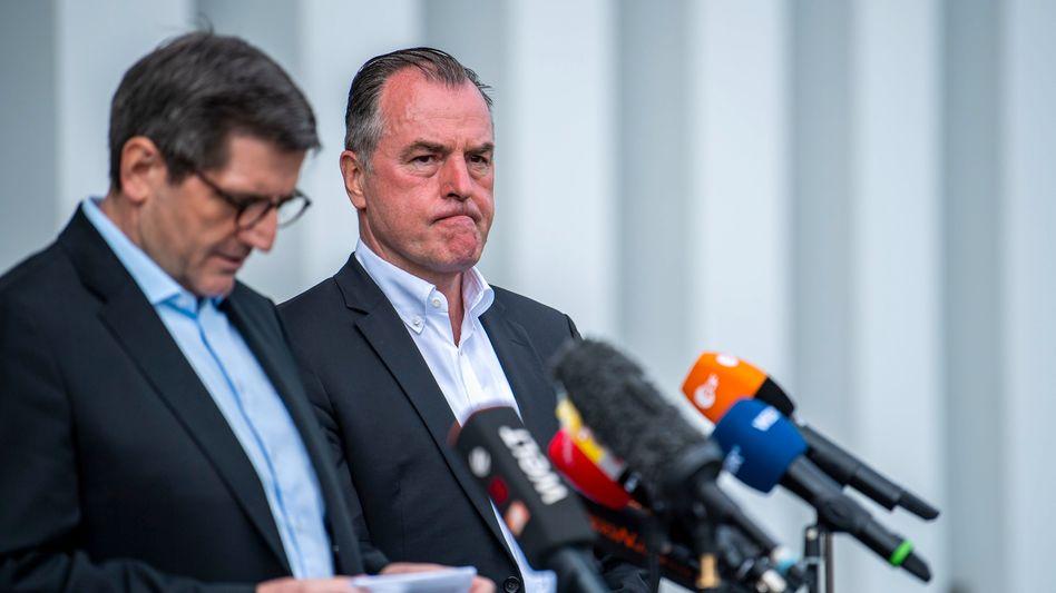 Andres Ruff (links) und Clemens Tönnies im Juni im Tönnies-Werk in Rheda-Wiedenbrück - beide gehören der Geschäftsführung des Unternehmens an