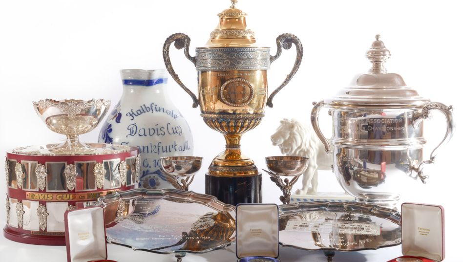 Versteigerungsobjekte: Trophäen und Repliken, darunter der Sieger-Pokal für die Wimbledon Championships von 1985 und 1986 (M), der Sieger-Pokal der deutschen Mannschaft im Davis Cup in Göteborg von 1988 (l) und der Sieger-Pokal der US-Open von 1989 (r) sowie weitere Erinnerungsstücke des ehemaligen Tennisstars Boris Becker