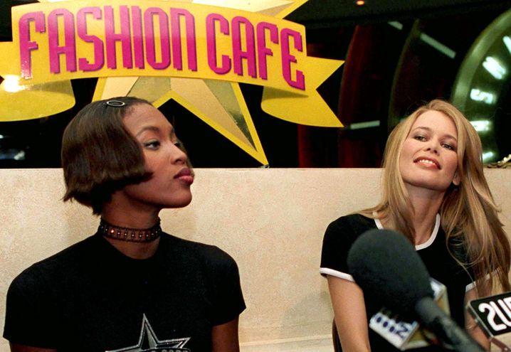 """Einstige Supermodels auf Gastro-Trip: Naomi Campbell (links) and Claudia Schiffer scheiterten Ende der 90er Jahre mit dem """"Fashion Café"""""""