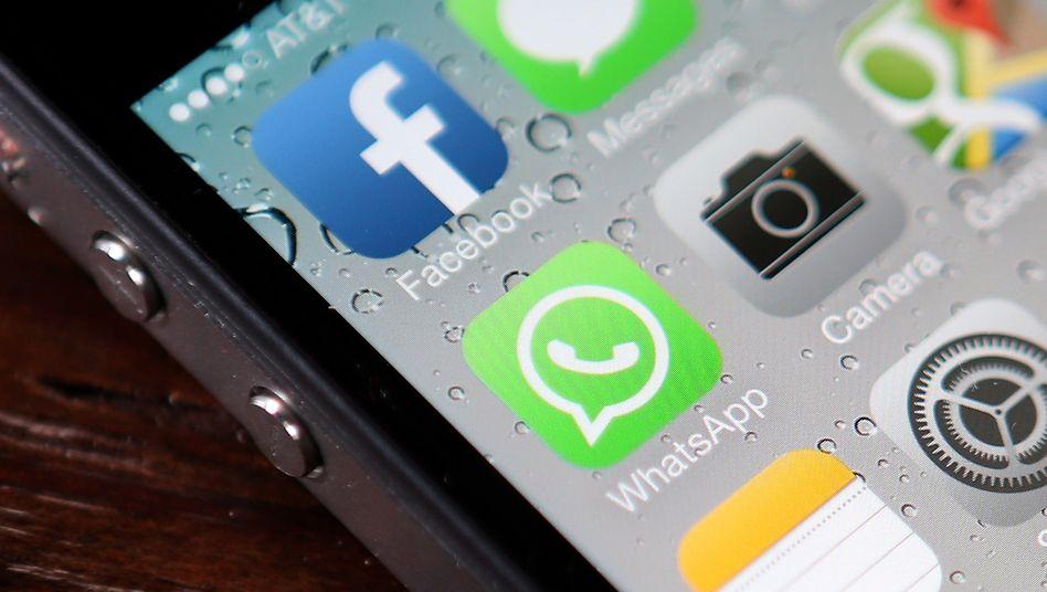 Verdächtige Nähe: Weil Nutzer fürchten, Whatsapp könnte ihre Daten an die Konzernmutter Facebook weiterleiten, wechseln sie zu anderen Messengerdiensten