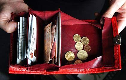 Knapp bei Kasse: Viele Verbraucher überschätzen ihre finanziellen Möglichkeiten und können dann die Beiträge für die Lebensversicherung nicht mehr bezahlen