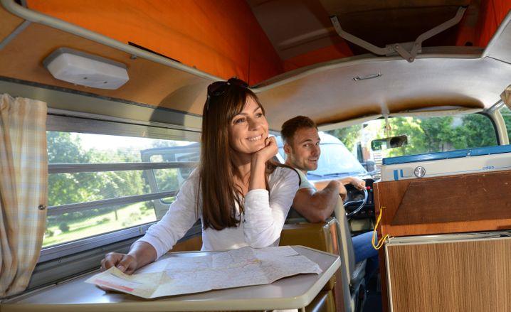 Campingbus: Kleine Modelle wie dieser Oldtimer-Bus von VW bieten schon eine gewisse Wohnlichkeit, sind aber wegen ihrer Ausmaße noch bequem zu handhaben