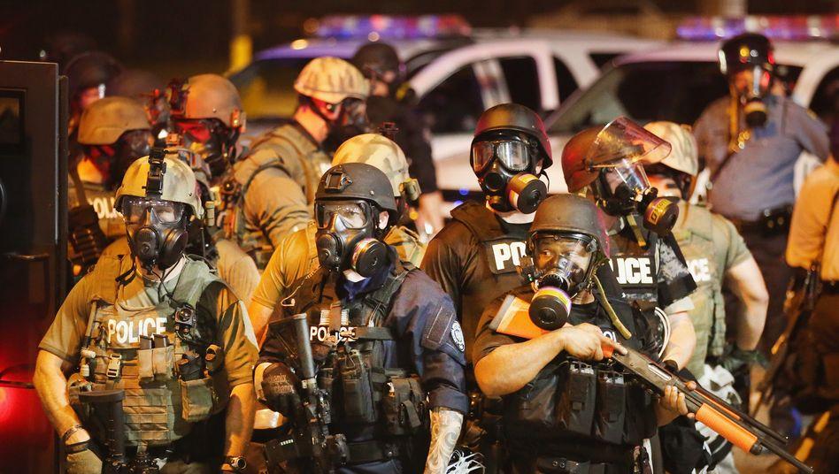 Ferguson, Missouri: Die Polizei setzte Gummigeschosse und Tränengas ein, nachdem es Schüsse auf Polizisten sowie einen Zivilisten gegeben hatte