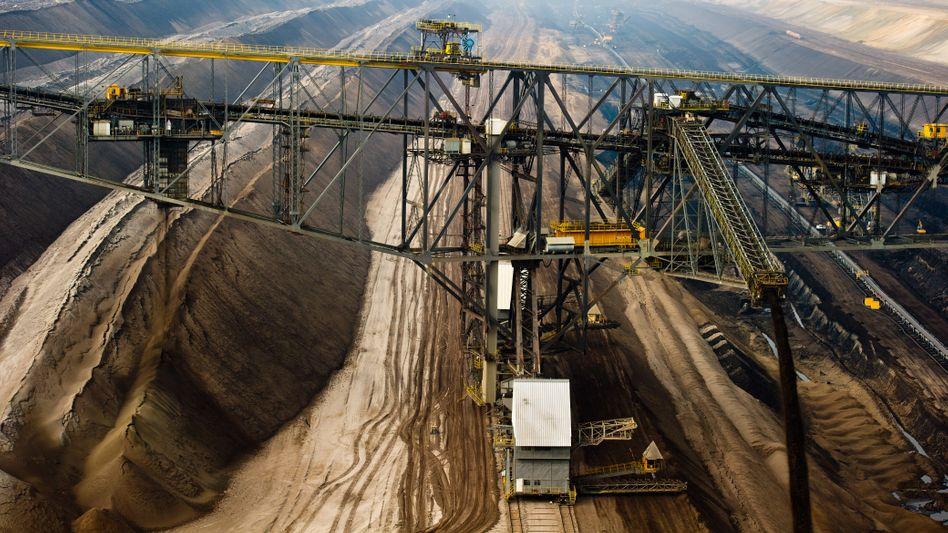 Abraum-Förderbrücke in der Lausitz: Vattenfall will sich von seinen Braunkohle-Aktivitäten trennen