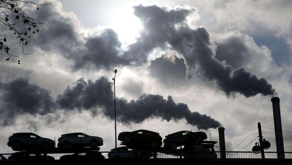 Rauchende Schlote: Zu Beginn der Industrialisierung galten sie einst Symbol für Wachstum und Wohlstand. Doch die Weichen für eine Welt ohne fossile Brennstoffe sind gestellt. Investoren sollten das berücksichtigen