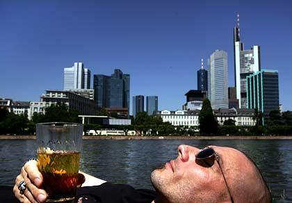 Frankfurt: Die Dienstleistungsmetropole Das Finanzzentrum punktet mit einem sehr hohen Bruttoinlandsprodukt pro Kopf und einem für deutsche Verhältnisse hohen Akademikeranteil (28 Prozent). Der Dienstleistungsanteil bei Beschäftigten und Gesamtwirtschaft gehört zu den höchsten in Deutschland.