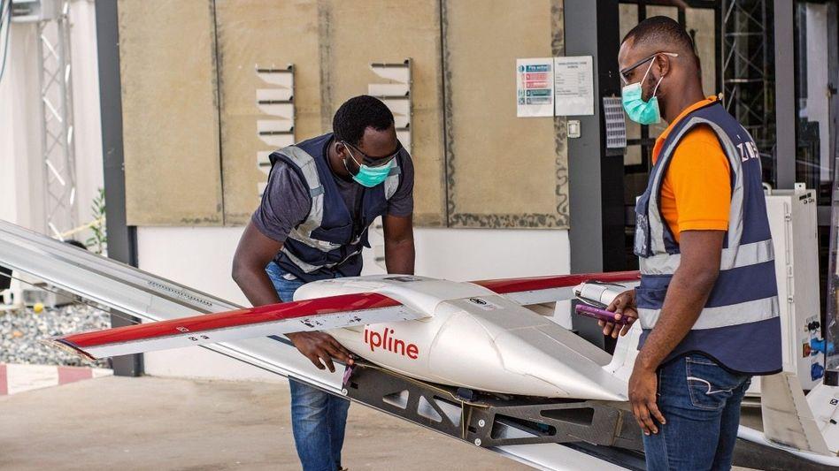 Vor dem Abheben: In Ghanas Hauptstadt Accra verschickt das US-Unternehmen Zipline seit April 2020 Impfstoffe gegen Covid-19 per Drohne