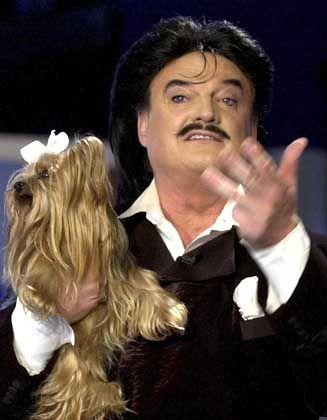 Steuer-Quelle: Hund Daisy mit Designer Rudolph Moshammer
