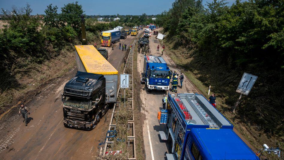 Wenn die Trümmer beseitigt sind, beginnt der langwierige Wiederaufbau von Straßen, Brücken, Autobahnen, Schienen und anderer Infrastruktur