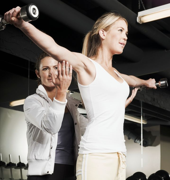 Und jetzt schön hoch die Arme: Ein Personal Trainer macht den Sport richtig effektiv