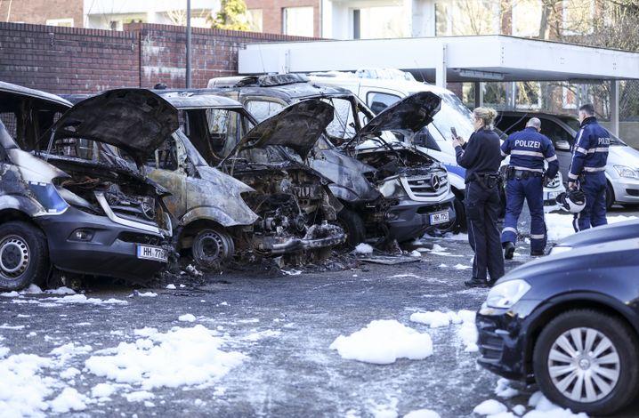 Hamburger Polizeifahrzeuge nach einem Brandanschlag