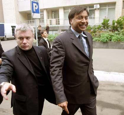 Zufriedener Käufer: Stahl-Magnat Lakshmi Mittal (r.) nach dem Erwerb der ukrainischen Stahlfirma Kryvorizhstal in Kiew