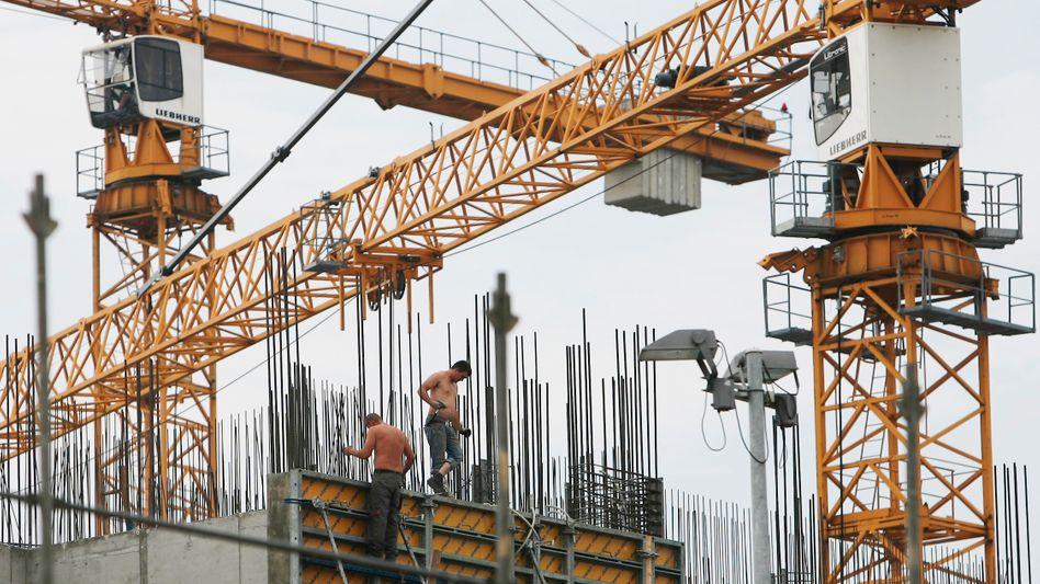 Doppelt so stark wie im laufenden Jahr soll die Wirtschaft 2022 wachsen, sagen die führenden Wirtschaftsforschungsinstitute voraus