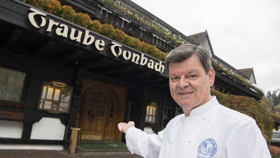 Sternekoch Harald Wohlfahrt vor dem Restaurant Traube-Tonbach (Archiv)