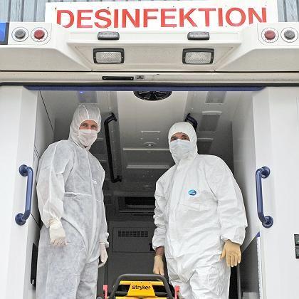 Übung in Schutzanzügen: In Deutschland ist der erste Schweinegrippefall bestätigt.