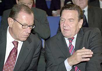 Wirtschaft trifft Politik: Jürgen Schrempp und Bundeskanzler Gerhard Schröder bei der diesjährigen IAA-Eröffnung