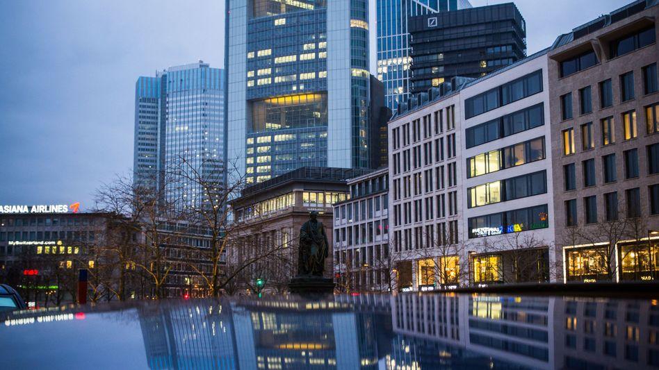 Commerzbank-Zentrale in Frankfurt: Cerberus hält mehr als 5 Prozent an der Commerzbank - und sieht sich als Investor mit langem Atem