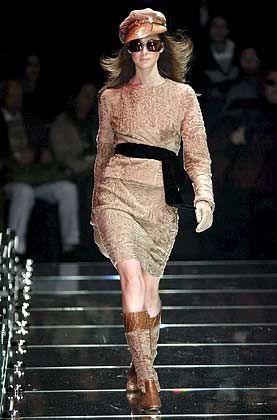 20 Jahre zwischen Kreativität und Verkäuflichkeit: Ein Model präsentiert auf einer Modenschau in Mailand einen Entwurf der Herbstkollektion 2006 von Dolce & Gabbana