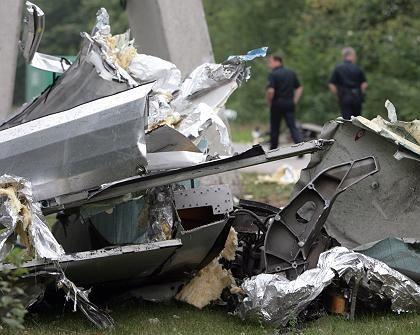 Überall Trümmer: Der Transrapid war am Freitagmorgen auf einen Werkstattwagen geprallt