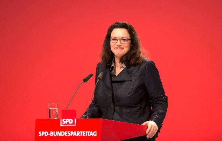 Andrea Nahles (SPD, 43 Jahre) hat für ihre Partei die Koalitionsverhandlungen zum Bereich Arbeit und Soziales geführt. Da ist es nur folgerichtig, dass sich die bisherige Generalsekretärin der SPD als künftige Bundesministerin für diese Ressorts um den gesetzlichen Mindestlohn oder die im Koalitionsvertrag verabredeten Leistungsverbesserungen in der Rente kümmert.