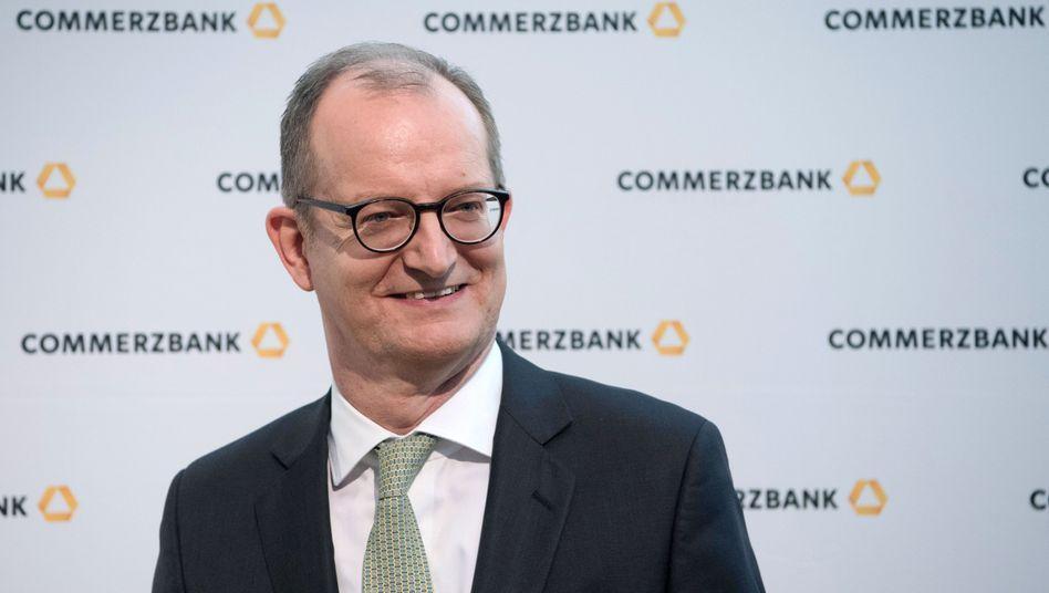 Die Laune bei Commerzbank-Chef Martin Zielke steigt sichtlich. Die nicht ganz billige Kundenakquise scheint sich langsam auszuzahlen.