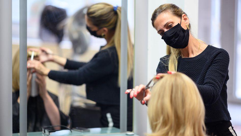 Angestellte Friseure verdienen im Schnitt vergleichsweise wenig. Die Reallöhne vieler Niedrigverdiener sind in der Krise überproportional gesunken
