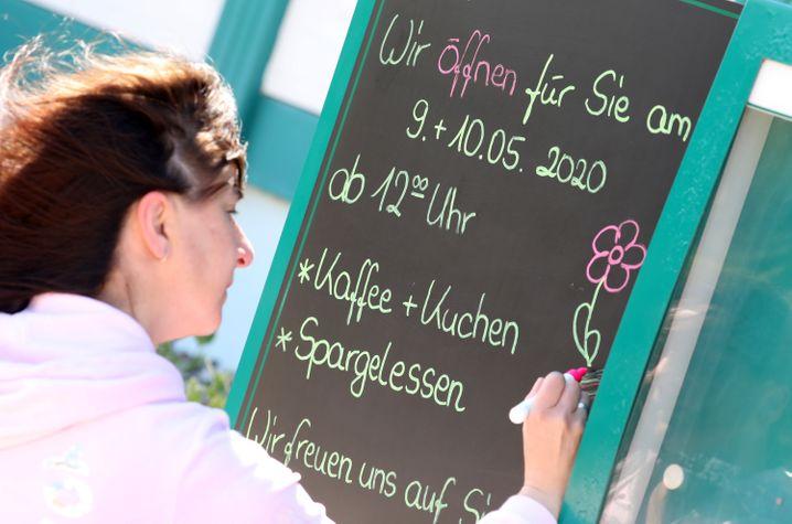 Sie dürfen wieder: Während in Mecklenburg-Vorpommern die Restaurants und Gastronomiebetriebe an Samstag als erste bundesweit wieder öffnen, müssen die Menschen in weiten Teilen Deutschlands auf diese Lockerungen noch warten.